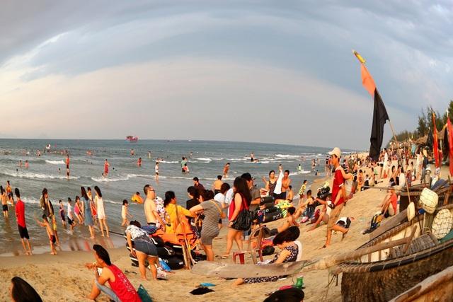"""Nắng nóng, người dân và du khách đổ xô đi tắm biển """"hạ hỏa"""" - 7"""