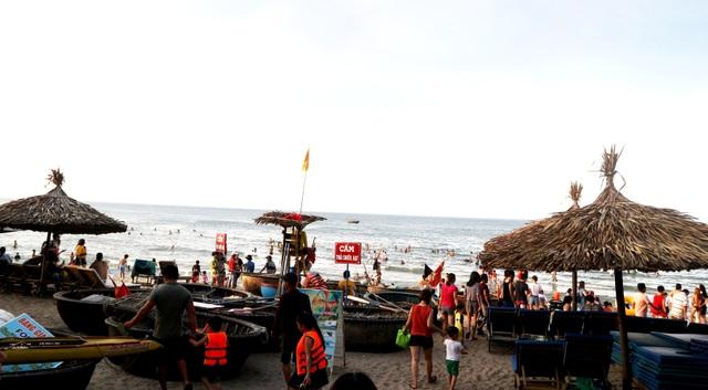 """Nắng nóng, người dân và du khách đổ xô đi tắm biển """"hạ hỏa"""" - 8"""