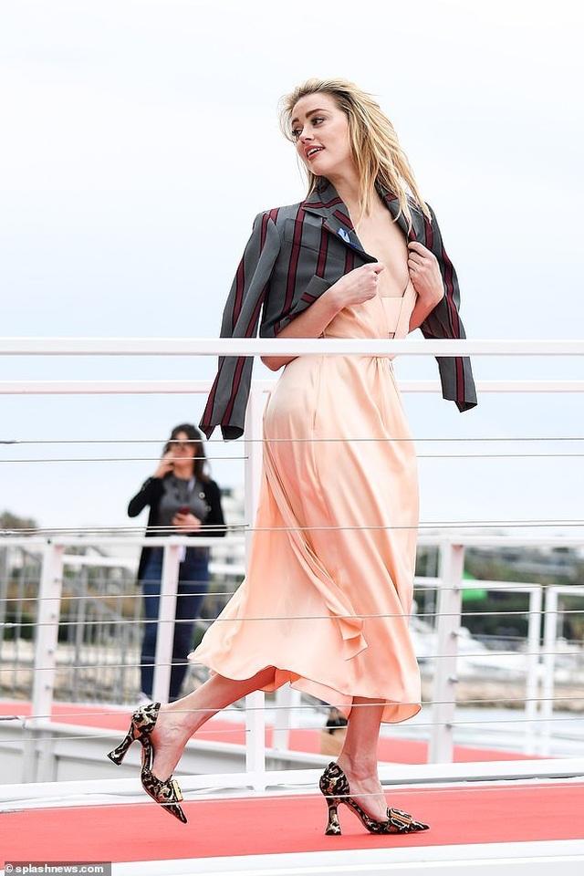 Amber Heard quyến rũ với váy không nội y - 2
