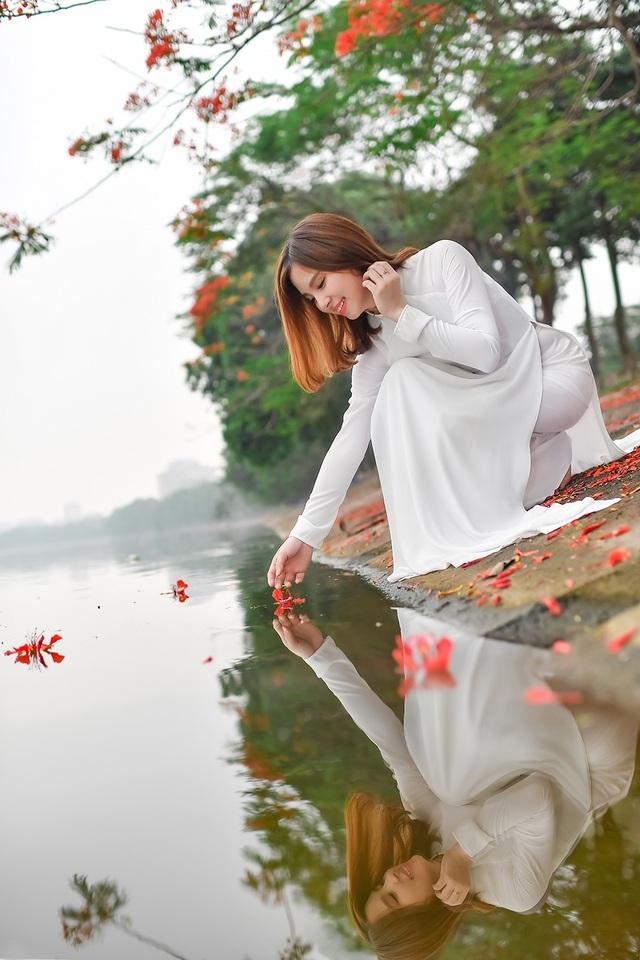Thiếu nữ bâng khuâng kỷ niệm dưới tán phượng đỏ rực ven hồ - 12