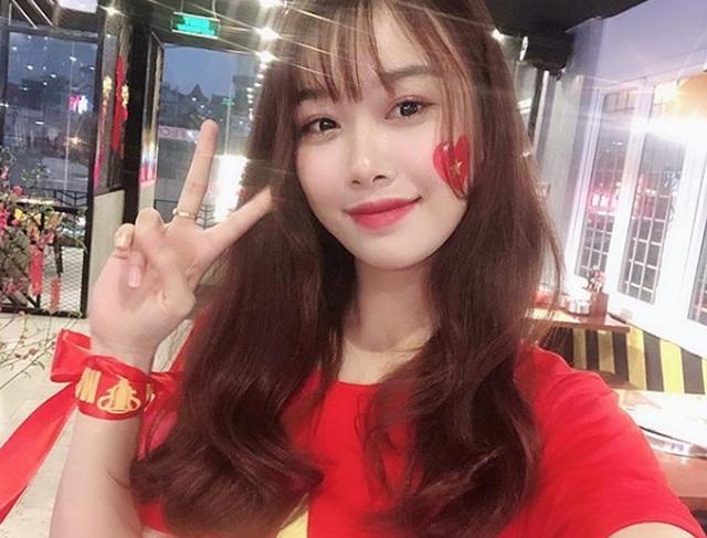Cô gái yêu tiền đạo nổi tiếng Việt Nam gây bất ngờ với hình ảnh gợi cảm - 11