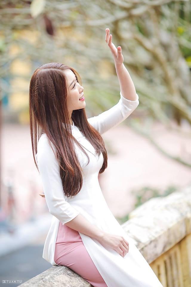 Cô gái yêu tiền đạo nổi tiếng Việt Nam gây bất ngờ với hình ảnh gợi cảm - 12