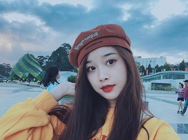 Cô gái yêu tiền đạo nổi tiếng Việt Nam gây bất ngờ với hình ảnh gợi cảm - 18