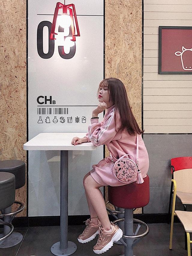 Cô gái yêu tiền đạo nổi tiếng Việt Nam gây bất ngờ với hình ảnh gợi cảm - 19