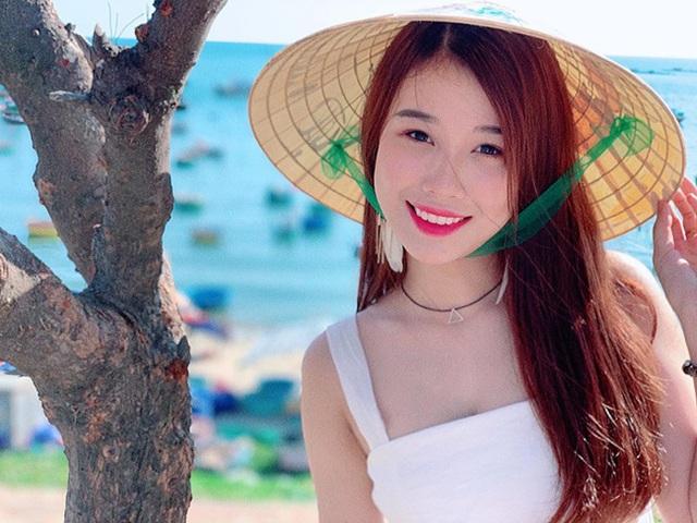 Cô gái yêu tiền đạo nổi tiếng Việt Nam gây bất ngờ với hình ảnh gợi cảm - 2