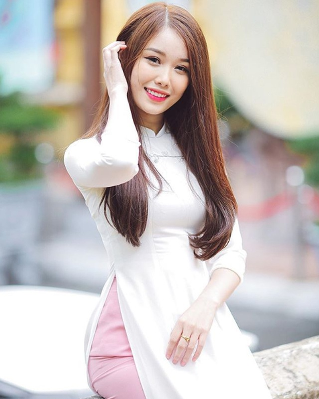 Cô gái yêu tiền đạo nổi tiếng Việt Nam gây bất ngờ với hình ảnh gợi cảm - 6
