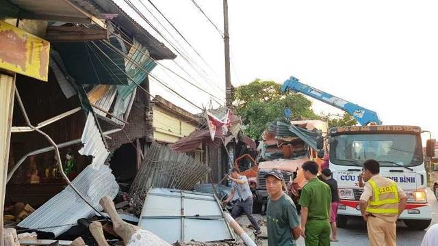 Xe container lao vào 4 nhà dân lúc nửa đêm - 1