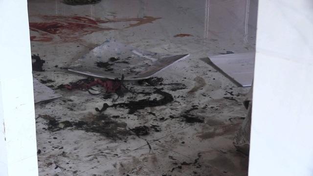 Đâm vợ trọng thương rồi đổ xăng đốt, 2 người tử vong - 2