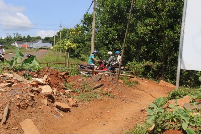 Hai mùa mưa vẫn chưa sửa xong một đoạn đường nứt toác - 5