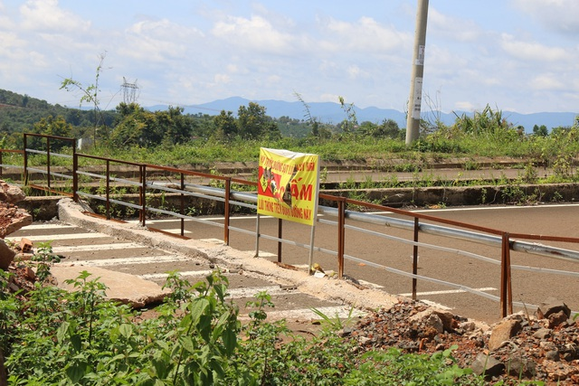 Hai mùa mưa vẫn chưa sửa xong một đoạn đường nứt toác - 2