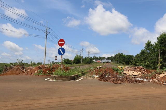 Hai mùa mưa vẫn chưa sửa xong một đoạn đường nứt toác - 4