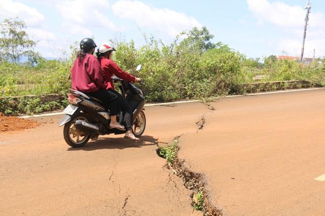 Hai mùa mưa vẫn chưa sửa xong một đoạn đường nứt toác - 7