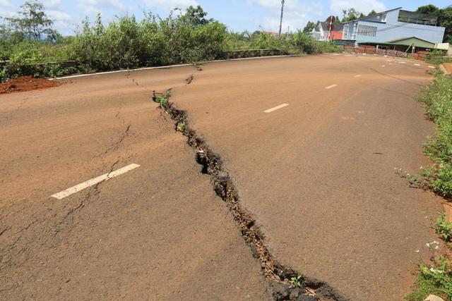 Hai mùa mưa vẫn chưa sửa xong một đoạn đường nứt toác - 1
