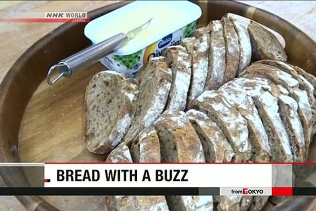 Kỳ lạ: Thưởng thức bánh mỳ làm từ dế - 3