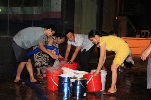 Hàng trăm cư dân chung cư Hà Nội hì hục đi xách nước trong đêm - 15