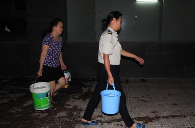 Hàng trăm cư dân chung cư Hà Nội hì hục đi xách nước trong đêm - 10