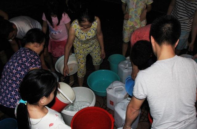 Hàng trăm cư dân chung cư Hà Nội hì hục đi xách nước trong đêm - 7