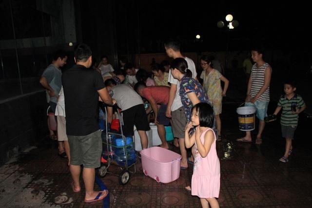 Hàng trăm cư dân chung cư Hà Nội hì hục đi xách nước trong đêm - 2