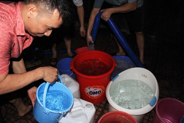Hàng trăm cư dân chung cư Hà Nội hì hục đi xách nước trong đêm - 6