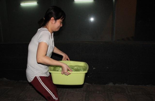 Hàng trăm cư dân chung cư Hà Nội hì hục đi xách nước trong đêm - 8