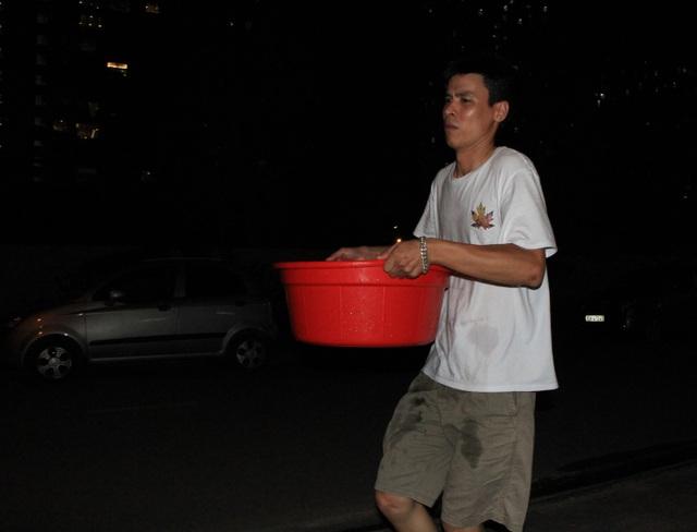 Hàng trăm cư dân chung cư Hà Nội hì hục đi xách nước trong đêm - 9