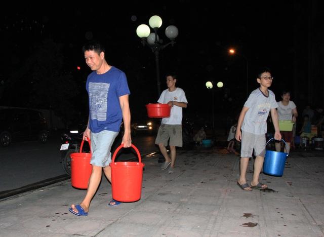 Hàng trăm cư dân chung cư Hà Nội hì hục đi xách nước trong đêm - 11