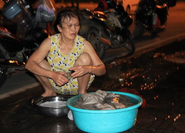 Hàng trăm cư dân chung cư Hà Nội hì hục đi xách nước trong đêm - 4