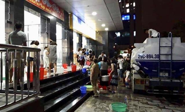 Hàng trăm cư dân chung cư Hà Nội hì hục đi xách nước trong đêm - 14