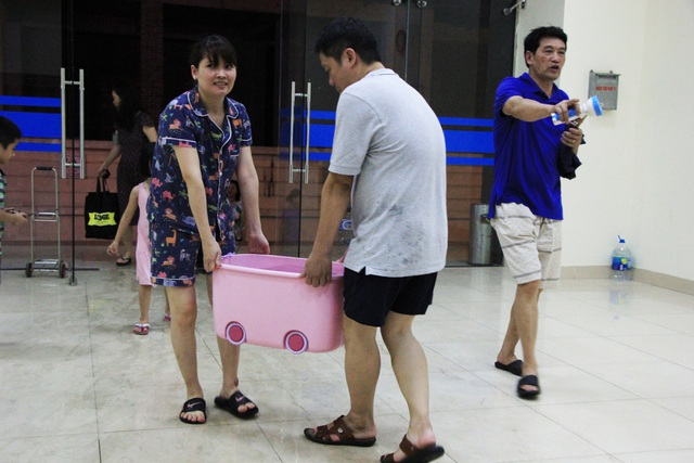 Hàng trăm cư dân chung cư Hà Nội hì hục đi xách nước trong đêm - 12