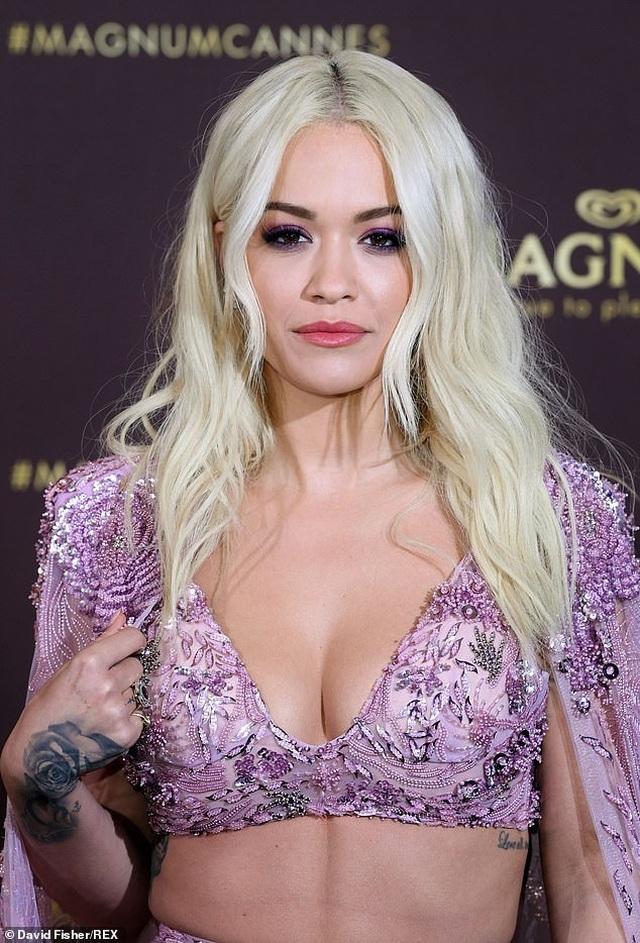 Rita Ora diện váy tím lấp ló ngực đầy - 4