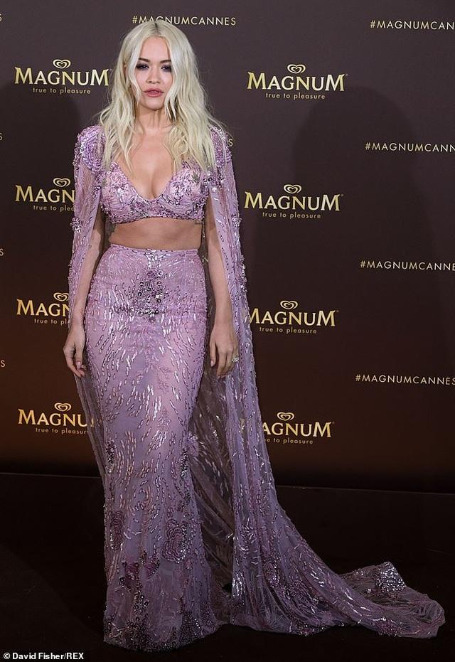 Rita Ora diện váy tím lấp ló ngực đầy - 2