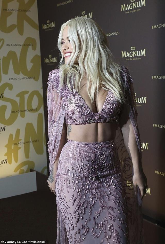 Rita Ora diện váy tím lấp ló ngực đầy - 7