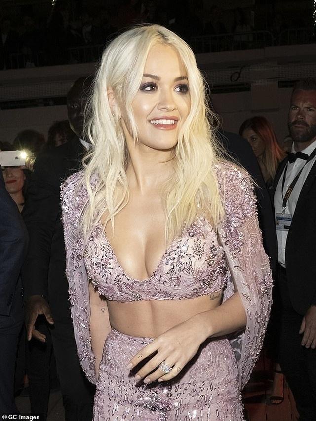 Rita Ora diện váy tím lấp ló ngực đầy - 6