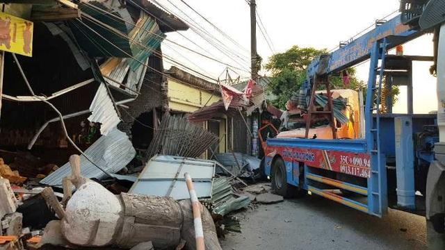 Xe container lao vào 4 nhà dân lúc nửa đêm - 2
