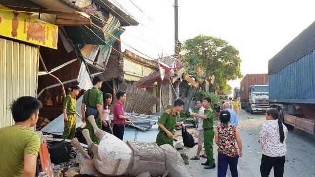 Xe container lao vào 4 nhà dân lúc nửa đêm - 4