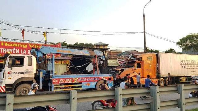 Xe container lao vào 4 nhà dân lúc nửa đêm - 6
