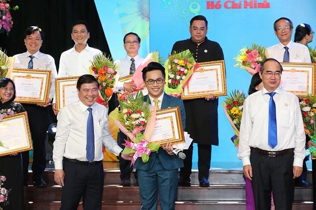 BTV Tấn Tài, ca sĩ Chí Thiện nhận bằng khen Học tập và làm theo đạo đức Hồ Chí Minh - 2