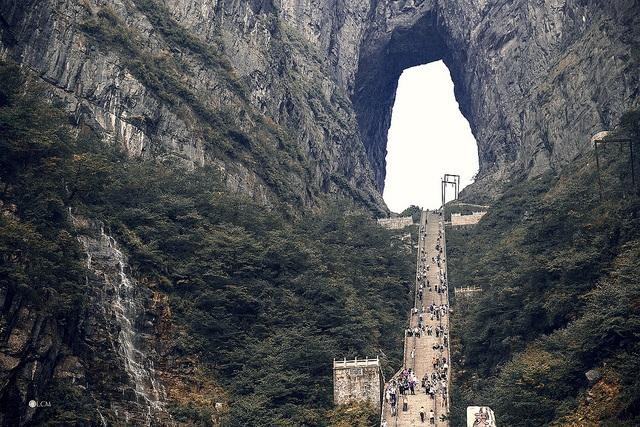 Ngồi cáp treo dài 7,5km, leo tiếp 999 bậc thang mới tới cổng trời - 4