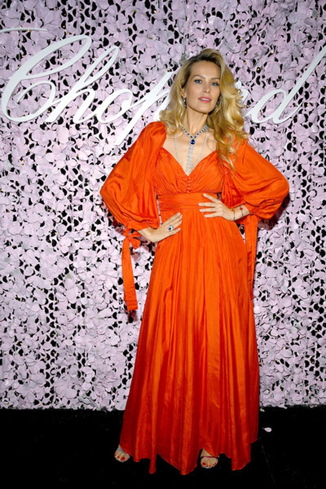 Choáng với váy xẻ bất tận của Izabel Goulart - 11