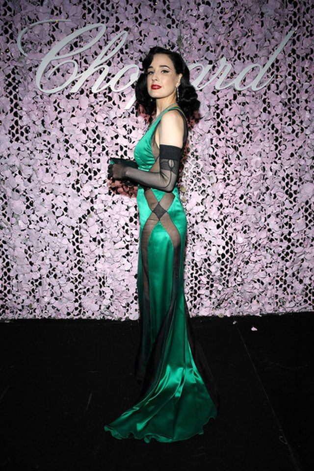 Choáng với váy xẻ bất tận của Izabel Goulart - 12