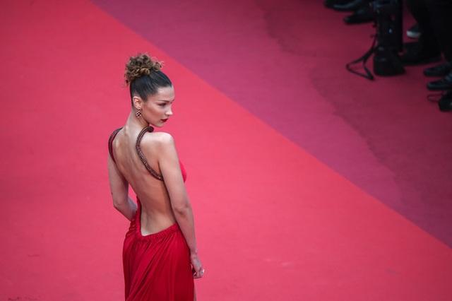 Bella Hadid khoe lưng nuột nà với váy đỏ - 3
