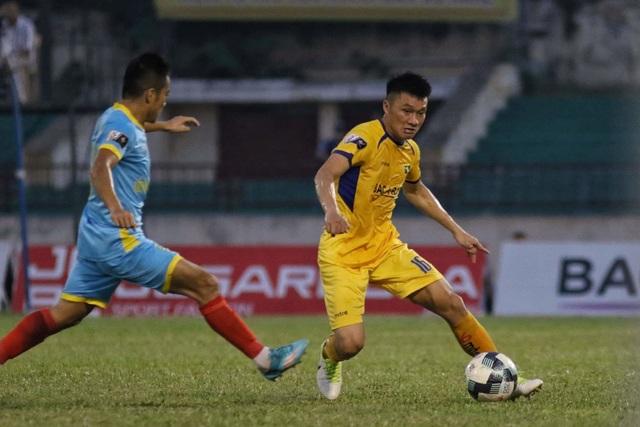Bỏ lỡ nhiều cơ hội, SL Nghệ An bị Khánh Hoà chia điểm trên sân nhà - 2