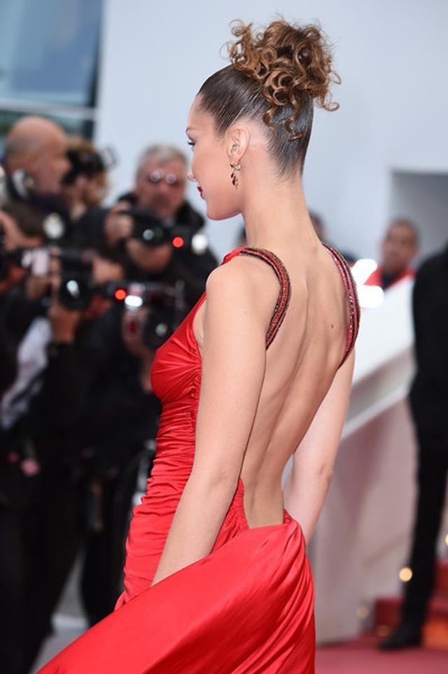 Bella Hadid khoe lưng nuột nà với váy đỏ - 4