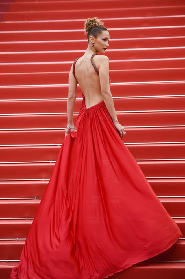 Bella Hadid khoe lưng nuột nà với váy đỏ - 1