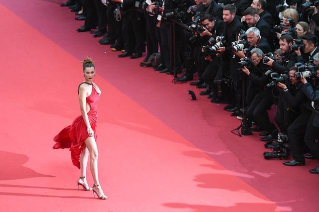 Bella Hadid khoe lưng nuột nà với váy đỏ - 2