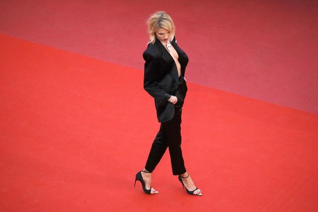Siêu mẫu Anja Rubik diện áo hở táo bạo trên thảm đỏ LHP Cannes - 8