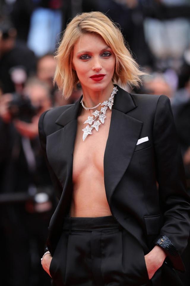 Siêu mẫu Anja Rubik diện áo hở táo bạo trên thảm đỏ LHP Cannes - 9