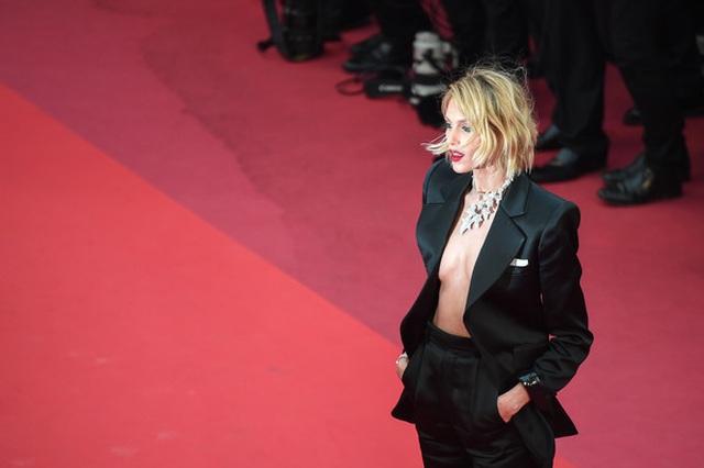 Siêu mẫu Anja Rubik diện áo hở táo bạo trên thảm đỏ LHP Cannes - 1