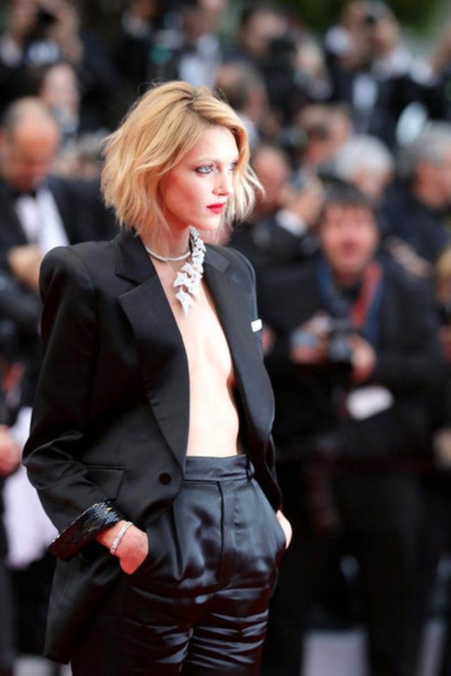 Siêu mẫu Anja Rubik diện áo hở táo bạo trên thảm đỏ LHP Cannes - 6