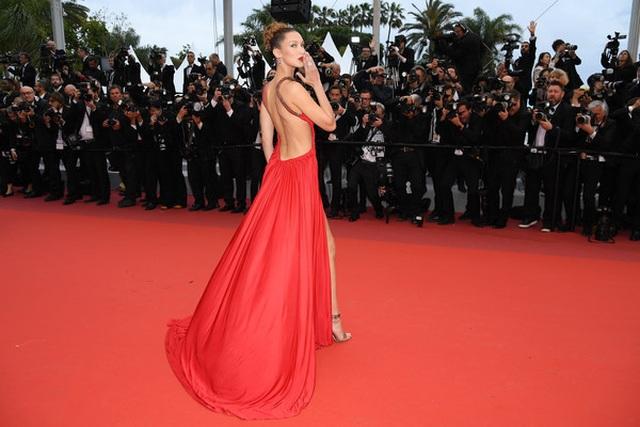 Bella Hadid khoe lưng nuột nà với váy đỏ - 17